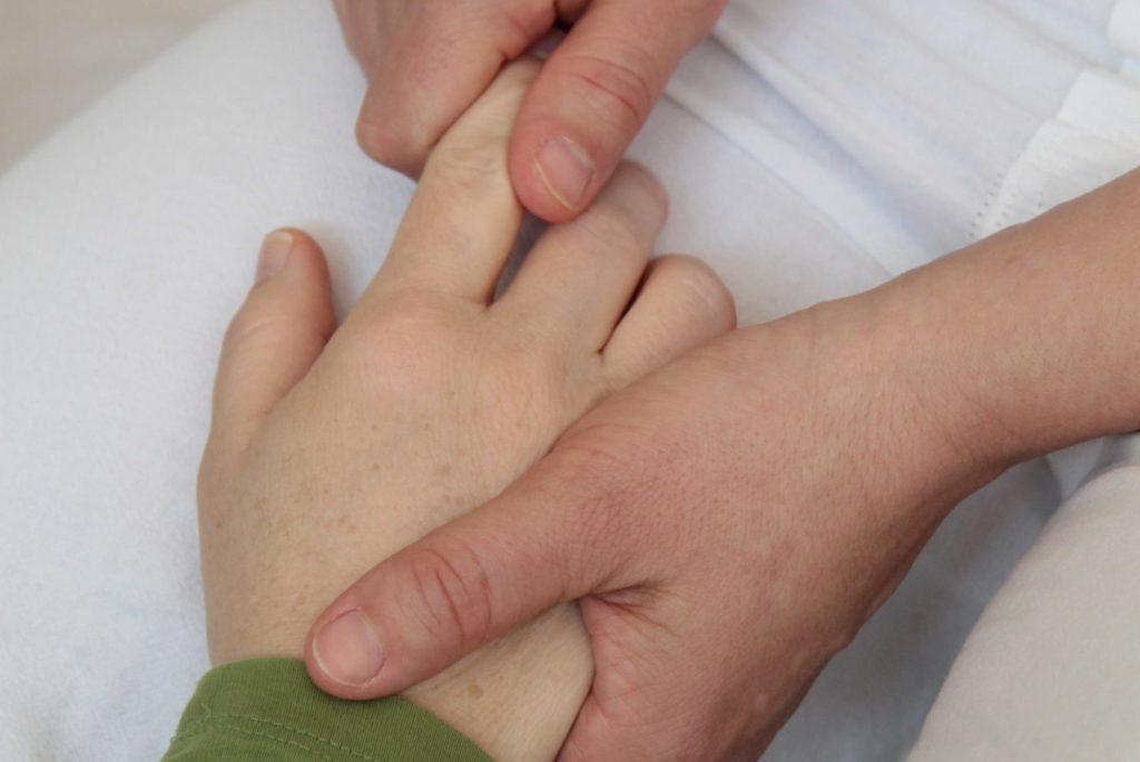 Sgiatsu-Behandlung an der Hand