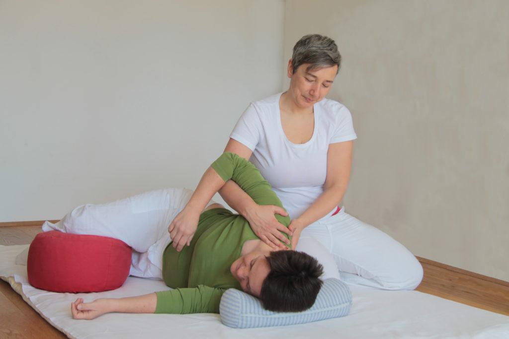 Shiatsu Behandlung an der Schulter zur Dehnung und Rotation